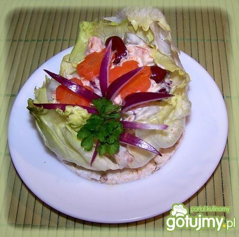 Sałatka warzywna na waflu.