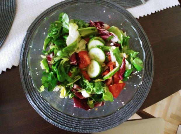 Sałatka warzywna z dressingiem czosnkowo-ziołowym