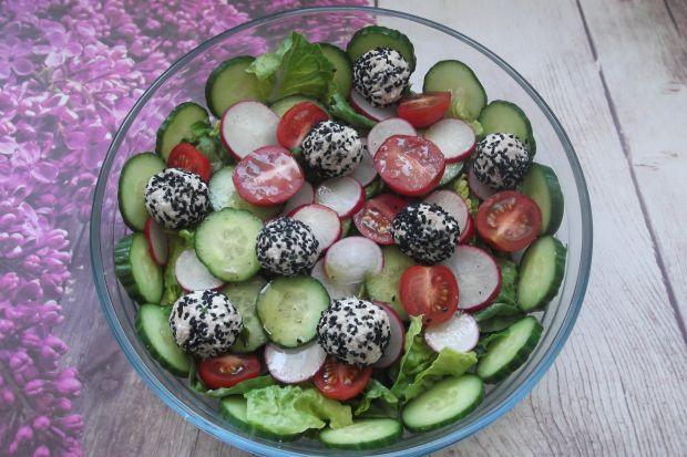 Sałatka warzywna z kulkami twarogowo-rybnymi