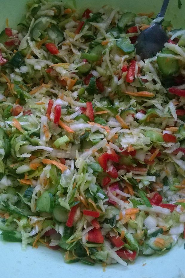 Sałatka warzywna z liśćmi pora do słoików