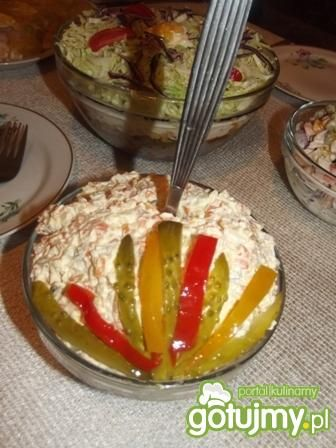 Sałatka warzywna z majonezem.