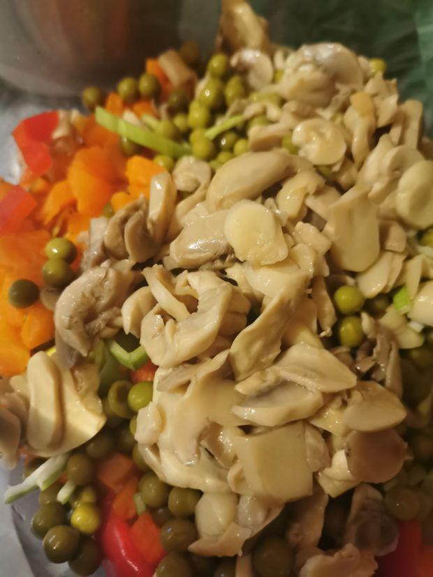 Sałatka warzywna z makaronem i pieczarkami