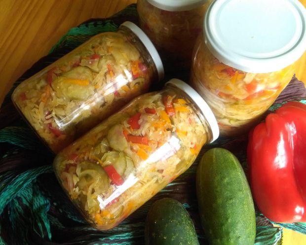 Sałatka warzywna z ogórkami, kapustą i papryką