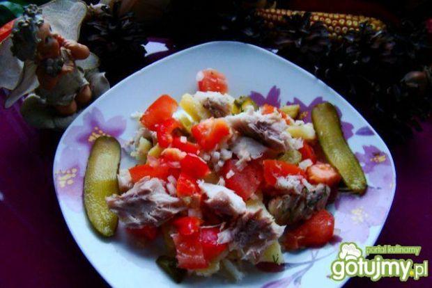 Sałatka warzywna z wędzoną makrelą