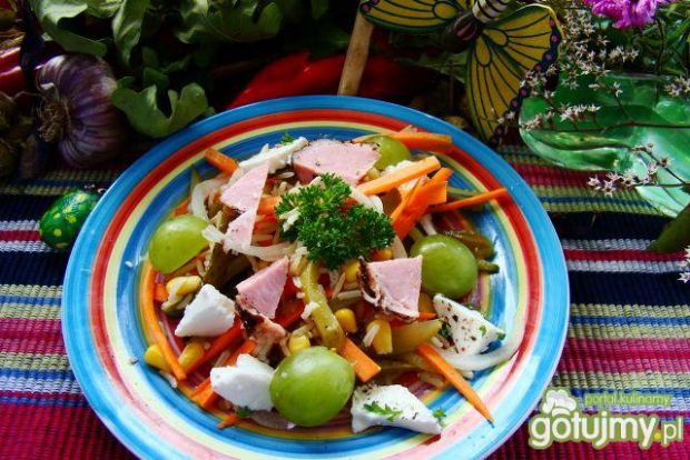 Sałatka warzywna z winogronem i fetą