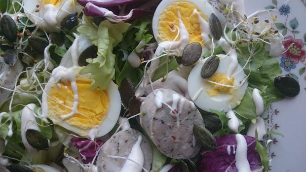 Sałatka wielkanocna z białą kiełbasą i jajkiem