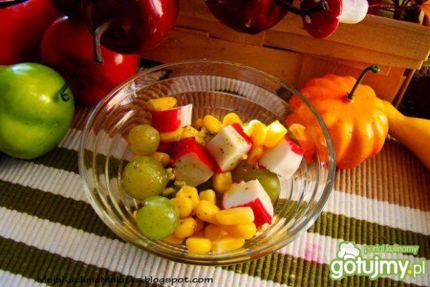 Sałatka winogronowa z paluszkami krabowy