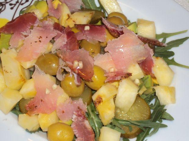 Sałatka z ananasem i suszonym schabem