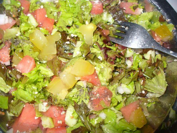 Sałatka z arbuzem,ogórkiem i orzechami laskowymi