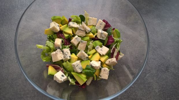 Sałatka z awokado, gorgonzolą, jajkiem i kiełkami