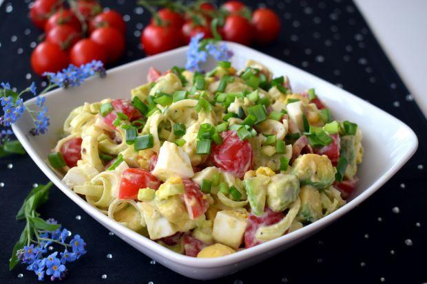 Sałatka z awokado, jajkiem i pomidorkami
