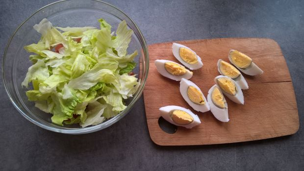 Sałatka z awokado, rzodkiewką i jajkiem