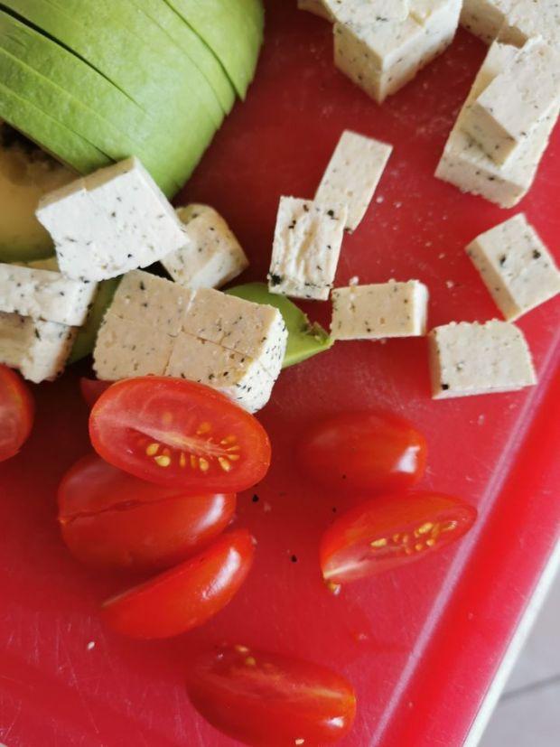 Sałatka z awokado, tofu i pomidorków