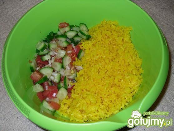 Sałatka z barwionym ryżem