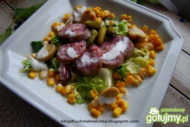 Sałatka z białą kiełbasą i sosem