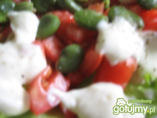 sałatka z bobem i pomidorami na sałacie