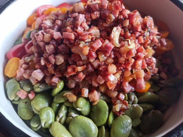 Sałatka z bobu z boczkiem i pomidorami