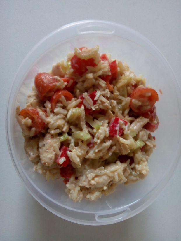Sałatka z brązowym ryżem i gotowanym kurczakiem