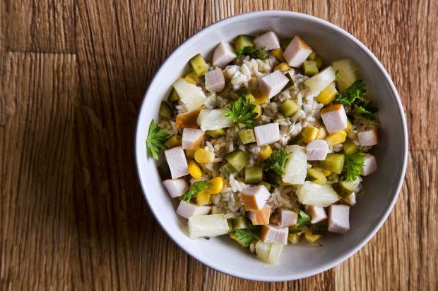 Sałatka z brązowym ryżem i wędzonym kurczakiem
