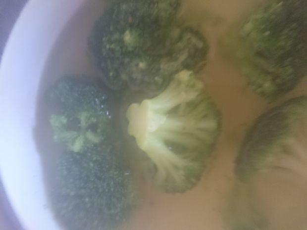 Sałatka z brokuła i serka wiejskiego z olejem
