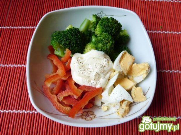 Sałatka z brokuła, jajek i papryki
