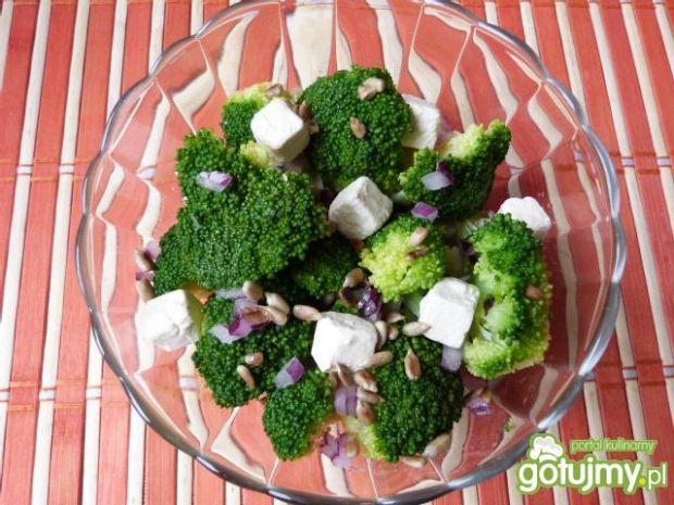 Sałatka z brokuła z serem feta