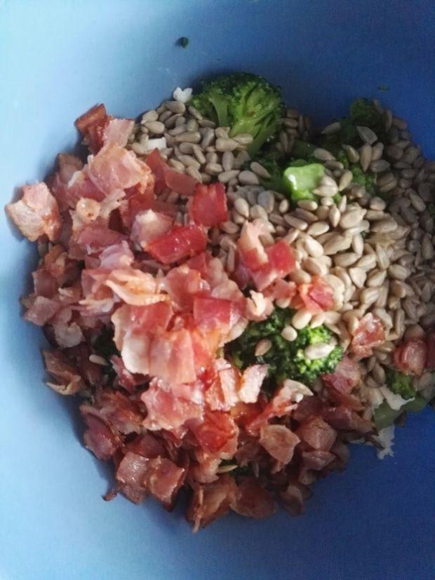 Sałatka z brokułami, boczkiem i sosem czosnkowym