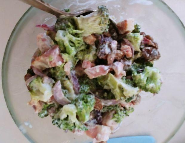 Sałatka z brokułami, fetą i boczkiem