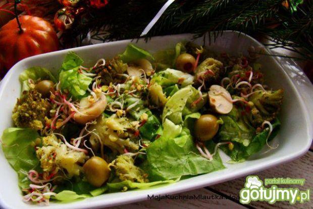 Sałatka z brokułami i oliwkami