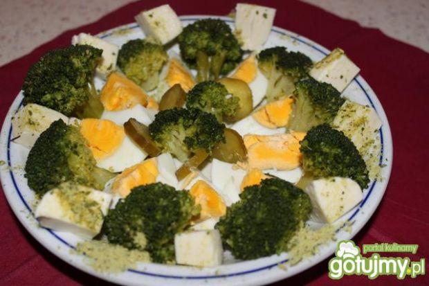 sałatka z brokułami i serem mozzarellą