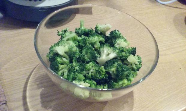 Sałatka z brokułem i czerwoną fasolką