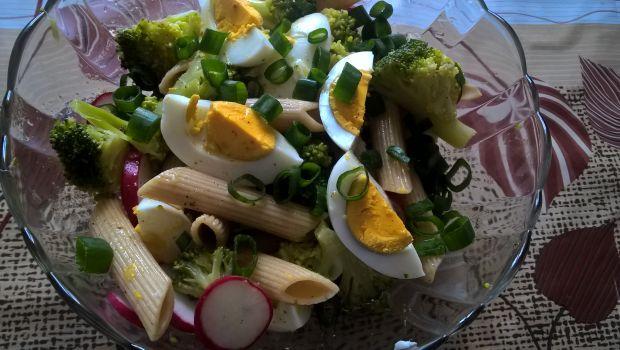 Sałatka z brokułem i makaronem