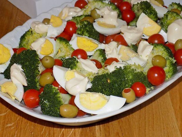 Sałatka z brokułem i oliwkami