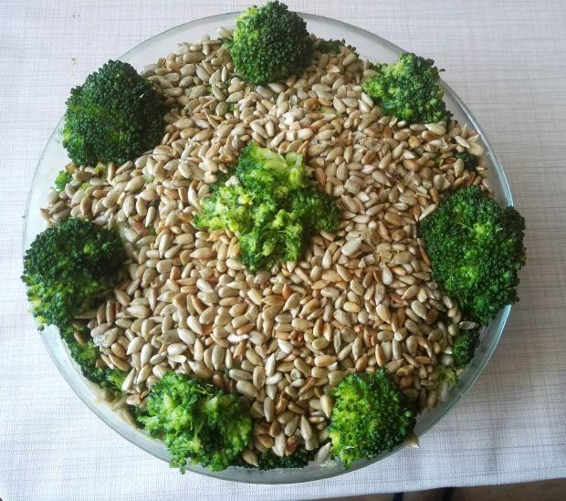 Sałatka z brokułem i prażonym słonecznikiem