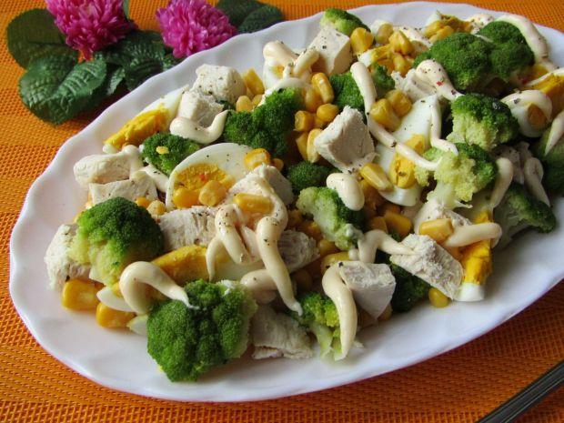 Sałatka z brokułem, kurczakiem i kukurydzą
