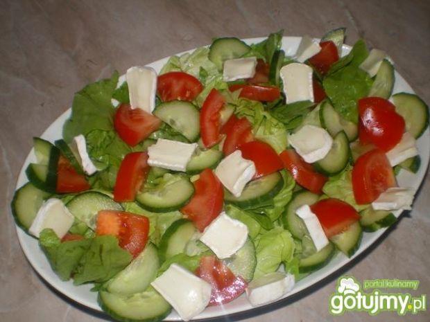 Sałatka z camembertem i pesto