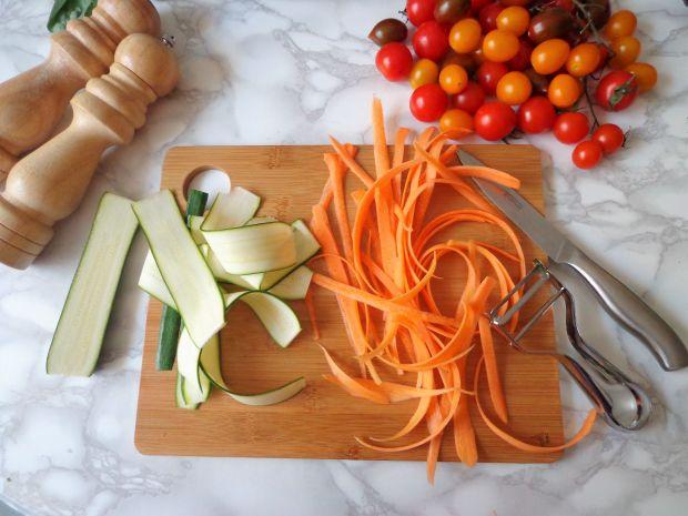 Sałatka z ciecierzycą i kolorowymi warzywami