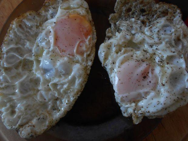 Sałatka z cukinią, ogórkiem i jajkiem sadzonym