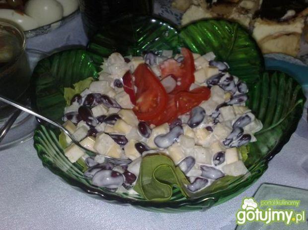 Sałatka z czerwoną fasola i ananasem