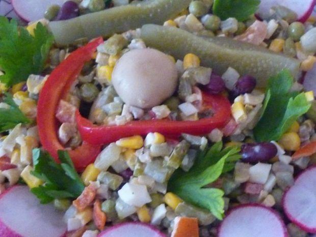 Sałatka z czerwoną fasolą, kukurydzą i groszkiem