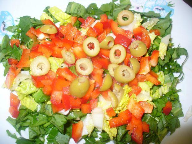 Sałatka z czosnkiem niedźwiedzim i warzywami