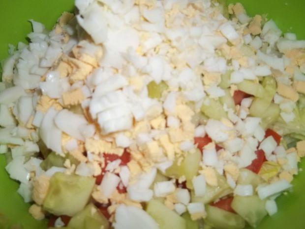 Sałatka z dodatkiem żółtego sera