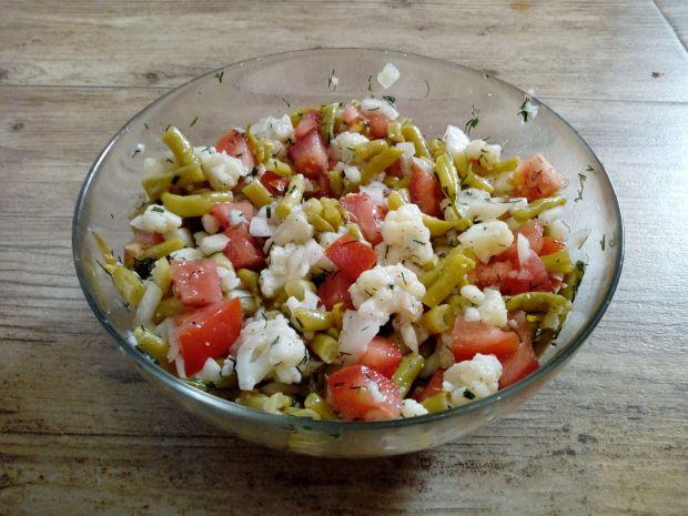 Sałatka z fasolki szparagowej kalafiora i pomidora