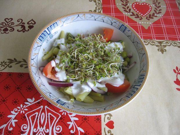 Sałatka z fasolki szparagowej z kiełkami