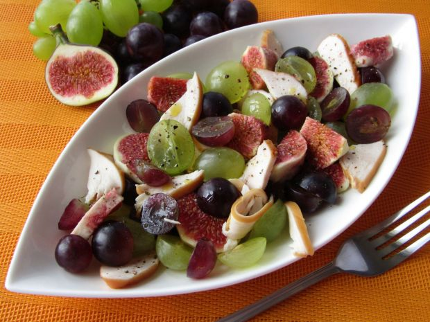 Sałatka z figami, wędzonym kurczakiem i winogrona