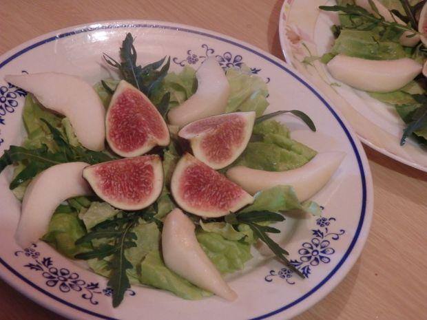 Sałatka z figowo-gruszkowa z serem pleśniowym