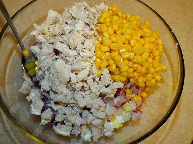 Sałatka z gotowanego kurczaka z rzodkiewką