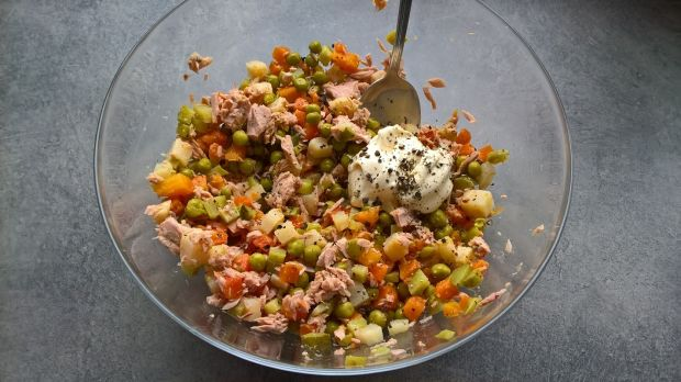 Sałatka z gotowanych warzyw i tuńczyka