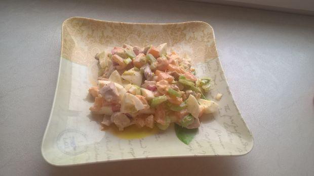 Sałatka z gotowanym kurczakiem i selerem naciowym