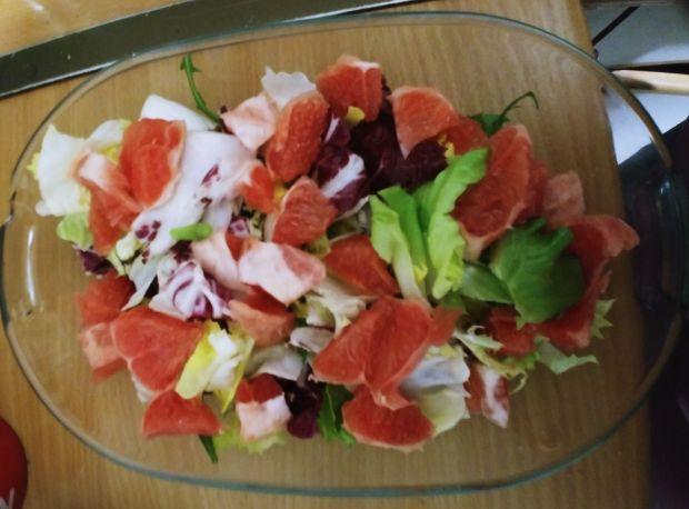 Sałatka z grejpfrutem i serem pleśniowym